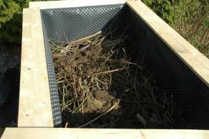 Füllung mit Strauchschnitt und Gartenabfällen