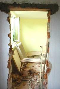 Tür fertig ausgestemmt, Überleger oben verfüllt.