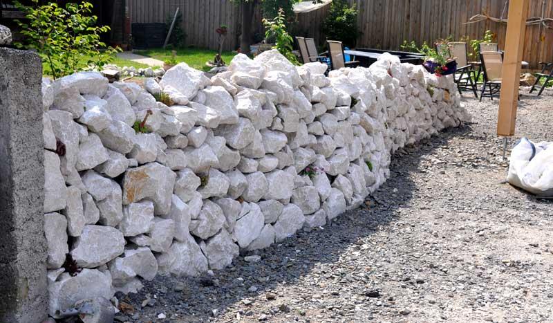 freistehende trockensteinmauer händisch legen, Hause und Garten